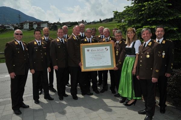 LFK LBD Ing. Peter Hölzl wurde die Ehrenmitgliedschaft des Bezirks Innsbruck-Land verliehen – sein Nachfolger Reinhard Kircher, die Oberperfer Bgm. Johanna Obojes-Rubatscher und die Bezirksfunktionäre gratulierten.