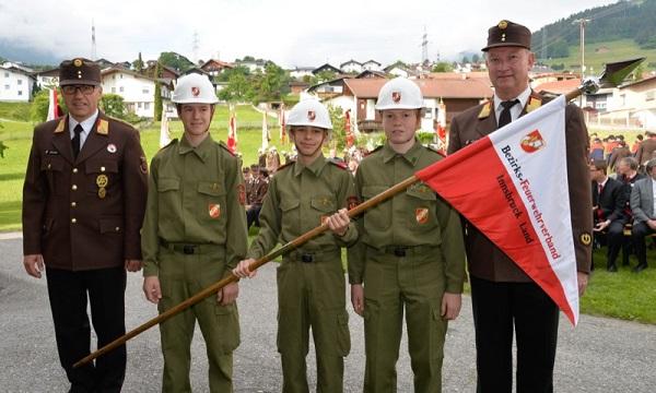 2Der Jugendfeuerwehrwimpel des Bezirkes Innsbruck-Land wurde gesegnet (rechts im Bild: LBD Ing. Peter Hölzl; li.: Bezirkskommandant Reinhard Kircher)