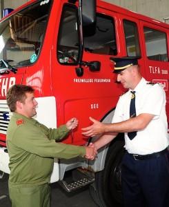 FF See-Kdt. Bernhard Spiss (li.) übergibt die Schlüssel für das Tanklöschfahrzeug an seinen Amtskollegen aus Kroatien