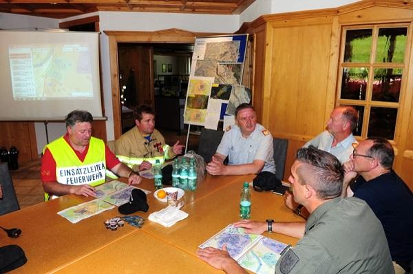 LFK LBD Ing. Peter Hölzl und LFI DI Alfons Gruber nahmen an einer Sitzung der Einsatzleitung teil