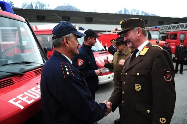 LFK LBD Ing. Peter Hölzl übergab zusammen mit LHStv Josef Geisler die Fahrzeuge an die Kameraden aus Kroatien.