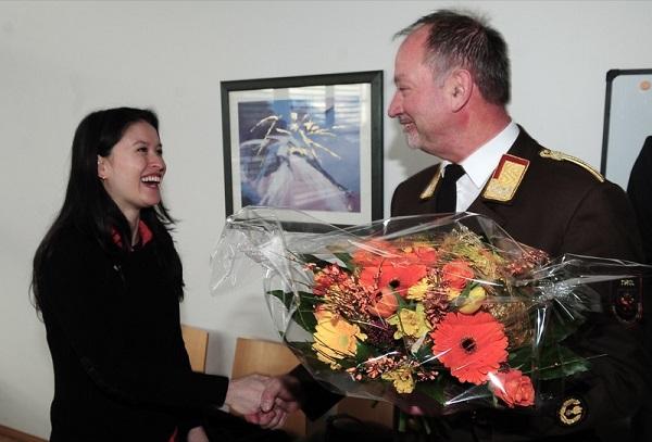 LFK Ing. Peter Hölzl begrüßte Andrea Kostashuk mit einem bunten Blumengruß