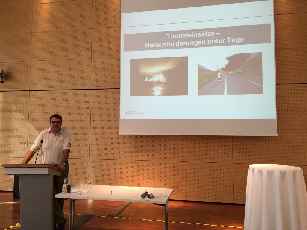 Schulleiter DI (FH) Georg Waldhart beim Vortrag
