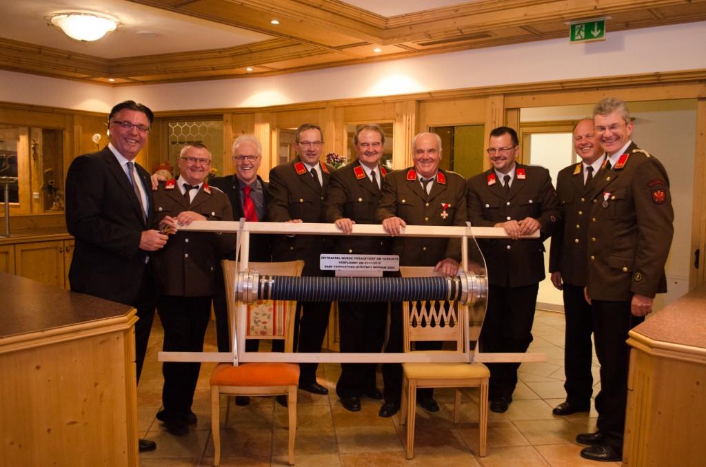 Die Zeitkapsel mit Ehrengästen am Feuerwehrball