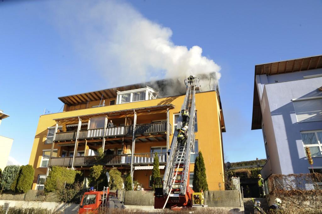 Dachstuhlbrand in Völs mit Drehleitereinsatz
