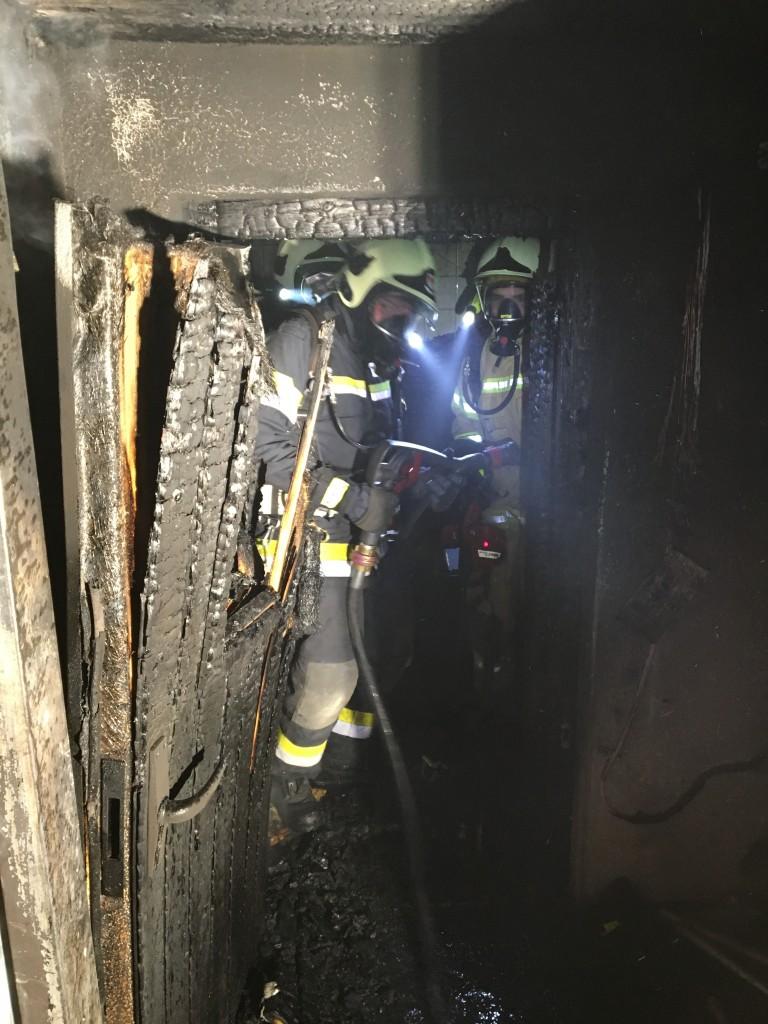 2015-12-18 // Brand in der Sporthalle in Schwaz. 3 Feuerwehren, Polizei und Rettungsdienst waren bei diesem Einsatz dabei. Ermittlungen der Polizei laufen Foto: zeitungsfoto.at