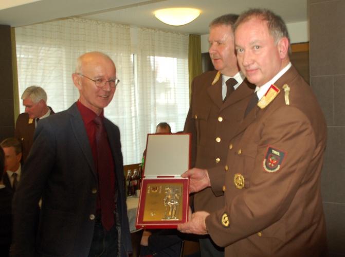 DI Hubert Maizner wurde von LFK LBD Ing. Peter Hölzl und LFI DI Alfons Gruber ausgezeichnet.
