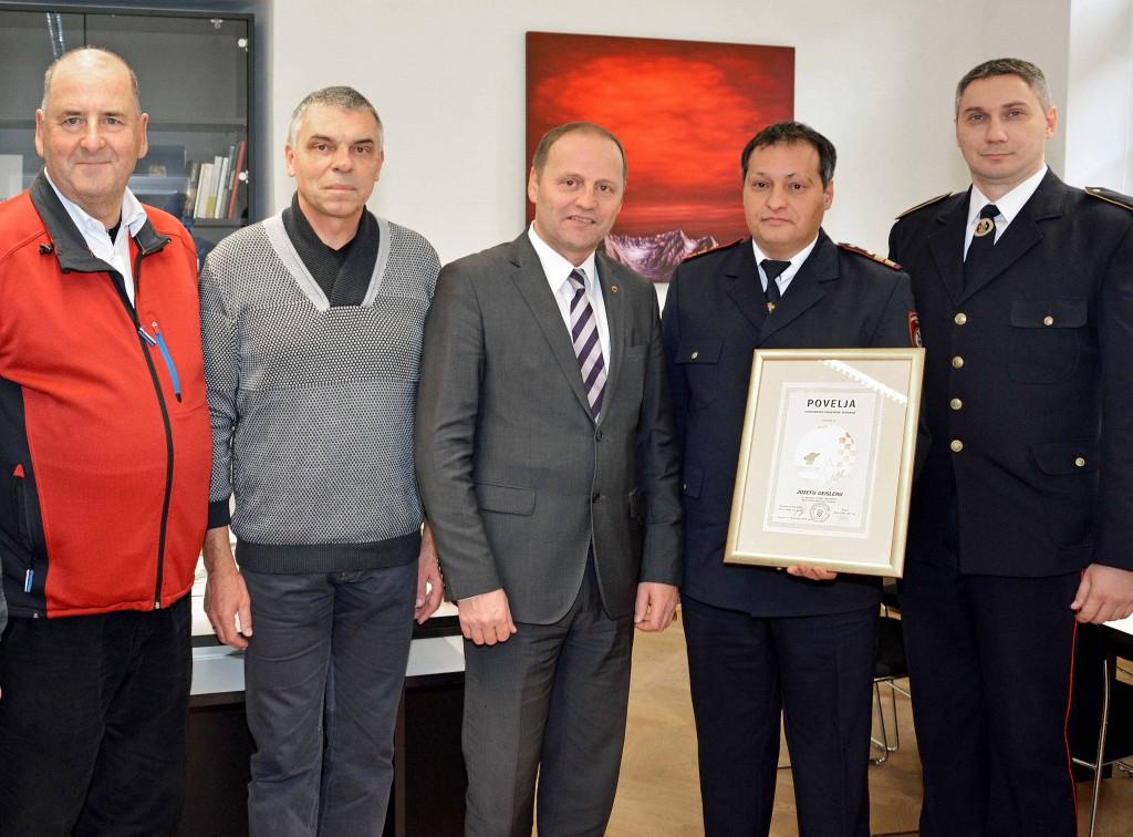 HStv Josef Geisler (Mitte) wurde von Zdenko Jukic und seinem Stellvertreter Kresimir Jelic (re.) für die Unterstützung des Feuerwehrwesens geehrt. Koordiniert wird das Hilfsprogramm von Peter Logar (2. von li.) und Unterstützung gibt es von LBD i.R. Klaus Erler (li.)