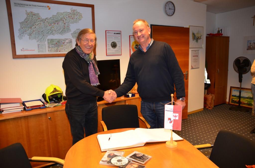 Landes-Feuerwehrkommandant LBD Ing. Peter Hölzl hieß den Künstler in der LFS Tirol herzlich willkommen