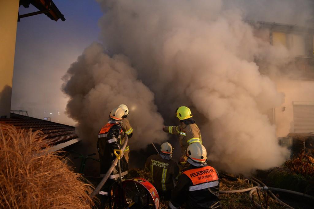 Brand eines Geschäftslokales in Götzens. Über 150 Feuerwehrleute standen im Einsatz