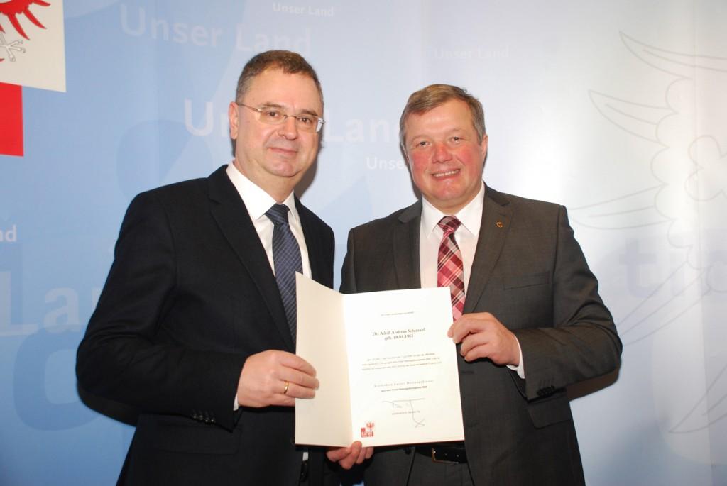 Dr. Adolf Schinnerl (li.) wurde als Ärztlicher Leiter des Landes Tirol für den Rettungsdienst von der Landesregierung wiederbestellt– LRBernhard Tilg gratulierte.