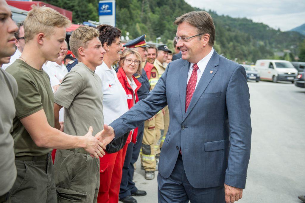 LH Platter bedankt sich bei den Bundesheersoldaten, die im Rahmen des Assistenzeinsatzes bei den Aufräumungsarbeiten geholfen haben.
