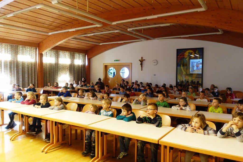 Die SchülerInnen hörten der spannenden Lesung aufmerksam zu.