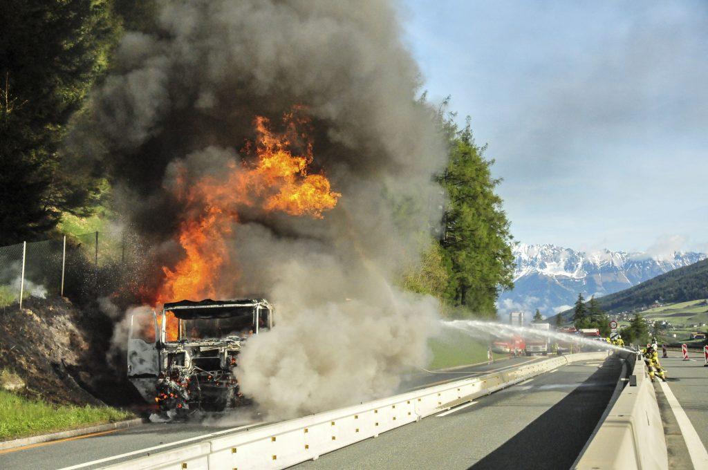 Gefahrenguttransporter in Flammen